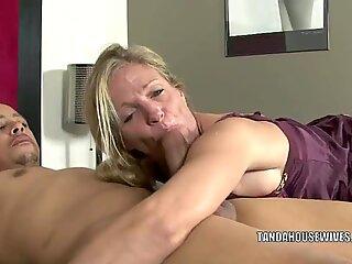 Mature bangslut Violet fucks a ebony dude