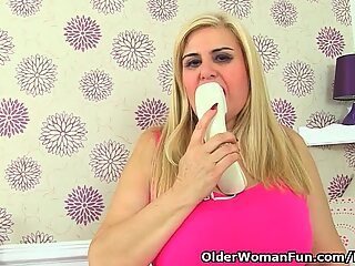 Spanish cougar Musa peels off her nylons and romps herself