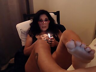 MATURE MOM smokes two at same time with big feet toe sucking